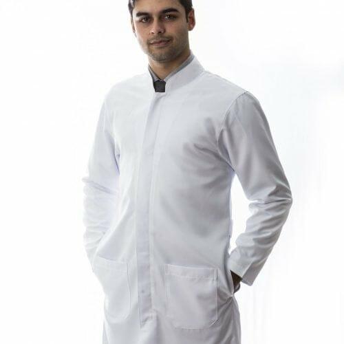 jaleco branco masculino confeccionado em tecido gabardine e gola padre